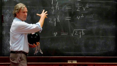 Dr. Richard Feynman (William Hurt) ist ein renommierter Professor der Physik.