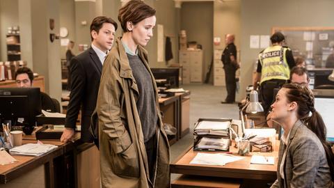 So wird das nichts! Die Scotland-Yard-Beamtin Kate (Peri Baumeister, Mitte) mischt sich in die Arbeit von Jane (Ceci Chuh, re.) und DC Popp (Neil Grainger) ein.