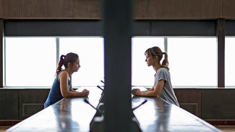 Leah (Katherine Kelly) und Rose (Molly Windsor, li.) geraten in einen Konflikt, der das Leben von beiden aus der Bahn wirft.