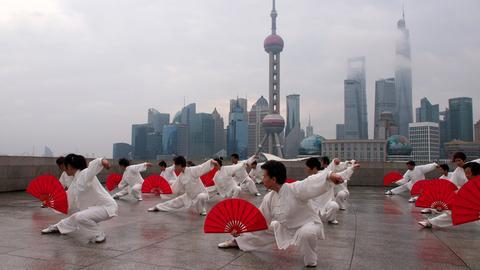 Alte Traditionen vor der Kulisse ultramoderner Megacities – China im Wandel.