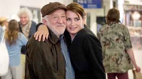 Edek Rotwachs (Dieter Hallervorden) kehrt zur Freude seiner Tochter Ruth (Anja Kling) nach Berlin zurück.