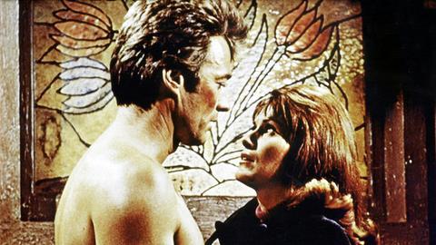 Coogan (Clint Eastwood) fühlt sich zur attraktiven Julie Roth (Susan Clark) hingezogen.