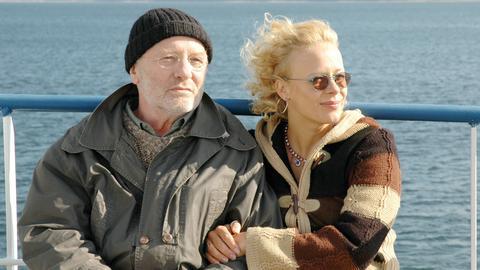 """Jessie Fischer (Katja Riemann) hat Walter Voss (Jürgen Hentsch), genannt """"der General"""", aus dem Seniorenheim entführt, um ihm seinen sehnlichsten Wunsch zu erfüllen."""