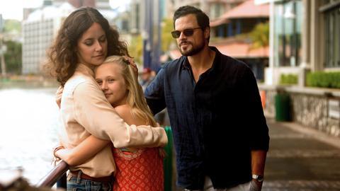 Bereit für den Neuanfang: Filipa (Anja Knauer) kann sich ein Familienleben mit Daniel (Tobias Licht) und seiner Tochter Isabelle (Sarah Warth) vorstellen.