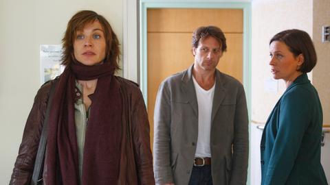 Bruno (Hendrik Duryn) und Doro (Jule Ronstedt, re.) sorgen sich um Michelles (Christiane Paul) Gesundheitszustand.