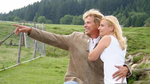 Hansi (Hansi Hinterseer) zeigt Christl (Simone Heher) seine Lieblingsplätze in den Bergen.