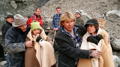Nach einer abenteuerlichen Aktion konnte Hansi (Hansi Hinterseer, 2.v.re.) Benni (Rafael Haider, re.) und Sonja (Laura Ferrari) aus einem verschütteten Steinbruch retten.