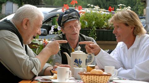 Hansi (Hansi Hinterseer, re.), Bürgermeister Brunner (Ernst Griesser, li.) und Postler (Erwin Leder) finden heraus, dass Veronika wieder eine Intrige geschmiedet hat.