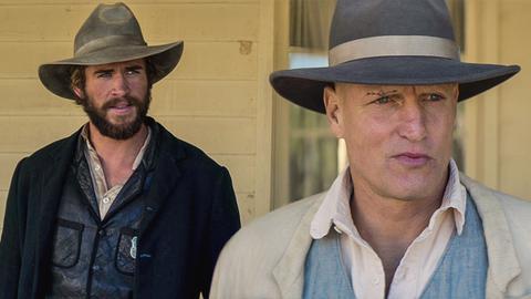 Texas Ranger David Kingston (Liam Hemsworth, li.) hat mit Abraham Brant (Woody Harrelson) eine Rechnung offen.