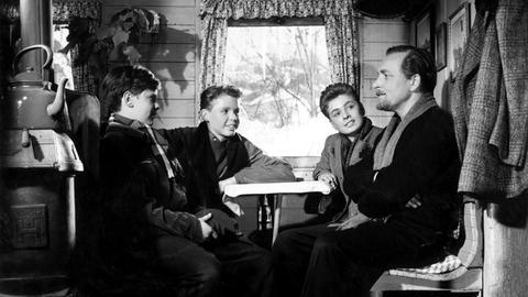 """Martin (Peter Tost), Johnny (Peter Kraus) und Sebastian (Axel Arens) holen sich bei ihrem Freund, dem """"Nichtraucher"""" alias Dr. Robert Uthofft (Paul Klinger) Rat (v.l.n.r.)."""