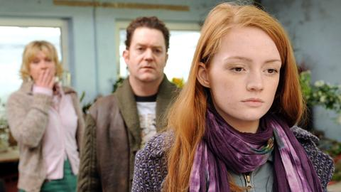 Lilli (Janina Stopper, re.) hat erfahren, dass Karina (Saskia Vester) und Rolf (Jürgen Tonkel) nicht ihre leiblichen Eltern sind.