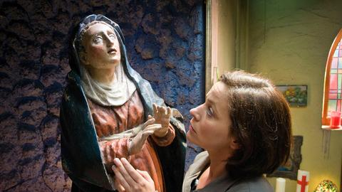 Kathi (Jule Ronstedt) bemerkt, dass die Marienstatue zu weinen scheint. Ist das ein Wunder?
