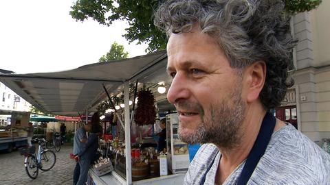 Olaf Gitzbrecht – der Chef der Oliven auf seinem Lieblingsmarkt in Rostock auf dem Margaretenplatz. Weitere Fotos erhalten Sie auf Anfrage.Olaf Gitzbrecht – der Chef der Oliven auf seinem Lieblingsmarkt in Rostock auf dem Margaretenplatz.