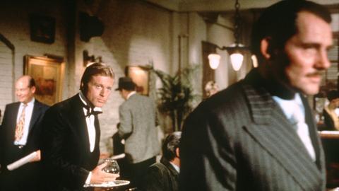 Doyle Lonnegan (Robert Shaw, r) geht in die Falle, die ihm Johnny Hooker (Robert Redford, 2.v.l.) gestellt hat.