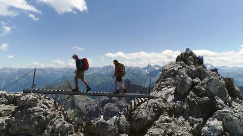 Bergsteiger überqueren die Himmelsleiter auf dem Heilbronner Weg.