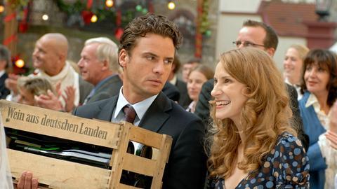 Sebastian (Stephan Luca) kann nicht recht verstehen, dass Lotta (Chiara Schoras) sich so für ein fremdes Brautpaar begeistert.