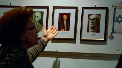 Esther Fritsch von der Israelischen Kultusgemeinde (Tirol und Vorarlberg) vor der Galerie der ehemaligen Präsidenten.