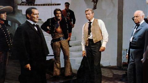 Mexiko, 1864: Das Land wird vom Krieg zwischen den Anhängern von Präsident Benito Juárez und der französischen Besatzung unter Kaiser Maximilian erschüttert. US-Präsident Lincoln entsendet den deutschen Arzt Dr. Karl Sternau (Lex Barker, Mitte) in das Nachbarland, wo er Juárez ein Angebot unterbreiten soll.