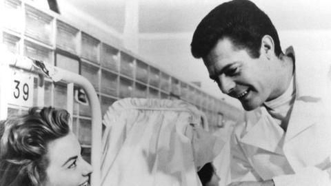 """Ihr Kind zu bekommen, ist für Krankenschwester Luisa (Giovanna Ralli) """"der schönste Augenblick"""". Der Vater des Kindes, Assistenzarzt Dr. Valeri (Marcello Mastroianni) ist davon allerdings nicht ganz so erbaut."""