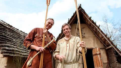 Checker Tobi (rechts) mit Archäotechniker Wulf Hein.