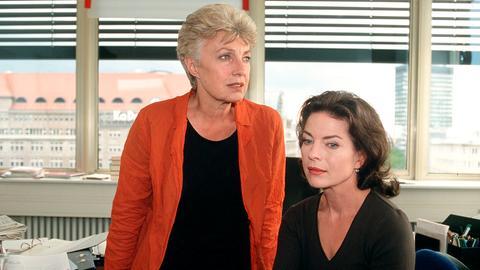 Solidarität unter Frauen: Ellen (Gudrun Landgrebe, re.) findet Trost bei ihrer Verlegerin Marta Bosch (Nicole Heesters).