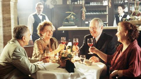 Das erste gemeinsame Abendessen: Georg (Michael Degen, li.), Hanne (Nadja Tiller, 2. v. li.) Edzard (Jürgen Hentsch) und Barbara (Ursula Karusseit).