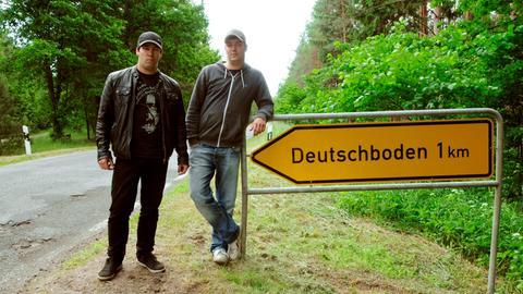 Carl und Paul Seehausen neben dem Deutschboden-Wegweiser.