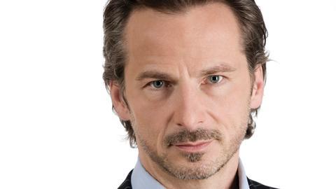 Alexander Fumetti (David C. Bunners) ist der Schulleiter der Heinrich-Heine-Schule.