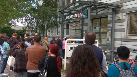 Lange Warteschlange vor dem Jobcenter.
