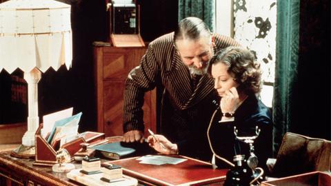 Emma (Romy Schneider) berät sich mit ihrem Ehemann und Freund Nathanson (Jacques Fabbri).