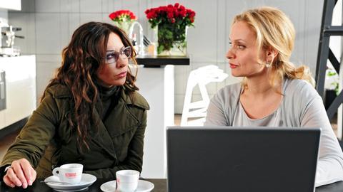 Alexandra (Simone Thomalla) erhofft sich Unterstützung von der Patentanwältin Fiona Salm-Friedrich (Catherine Flemming, r.).
