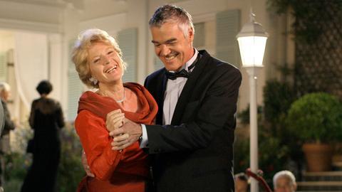Noch haben Ines Kupfer (Christiane Hörbiger) und ihr Arzt Thomas Regener (Michael Greiling) gut lachen...