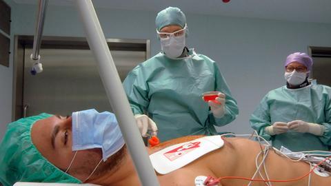 Dr. Felix Operhalski (Mitte) vom CCB Frankfurt implantiert einen Defibrilator mit Herzschrittmacherfunktion.