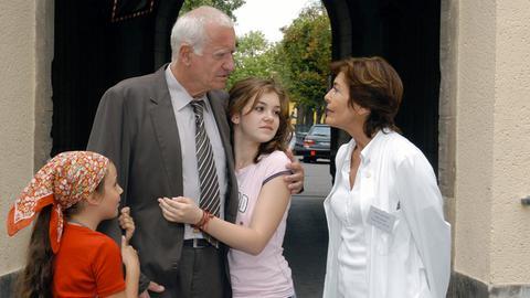 Sonja (Thekla Carola Wied, re.) hat als Ärztin alle Hände voll zu tun, und deshalb muss ihr Mann Bernhard (Peter Bongartz) sich um die Enkelkinder Clarissa (Lea Kurka, Mitte), Paula (Kimberly Colditz) kümmern.