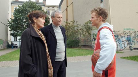 Eva (Thekla Carola Wied) und Kommissar Rixen (Peter Sattmann, Mitte) machen sich Sorgen um den jungen Dennis (Tobias Retzlaff).