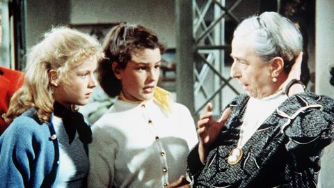 Dick (Anglika Meissner) und ihre Schwester Dali (Heidi Brühl, li.) wollen Oma Jantzen (Margarethe Haagen) dazu überreden, mit ihnen ins Kino zu gehen.
