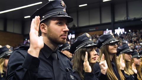 Zeynep Yalcin und Gabriel Ben legen gemeinsam mit 1.136 anderen Polizeianwärtern den Diensteid ab.