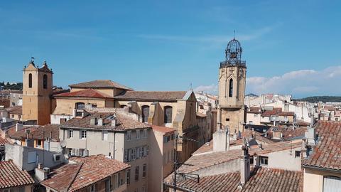 Blick auf Aix-en-Provence mit dem Glockenturm der Heilig-Geist-Kirche.