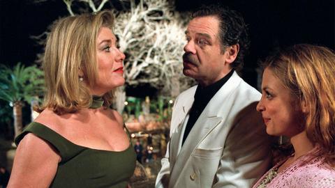 Elvira Kupfer (Jutta Speidel, li.) und ihr Kanzleikollege Dr. Stefan Milloschinsky (Gunter Berger) sind einander spinnefeind. Doch nun mssen sie für Julia (Julia Brendler) ein liebendes Ehepaar spielen.