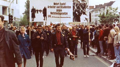 Bonn, 11. Mai 1968: Arbeiter und Studenten demonstrierten gegen die Notstandsgesetze.