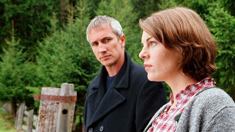 Johanna (Victoria Mayer) weiss nicht, ob sie sich erneut auf eine Liebe zu Benedikt (Markus Böker) einlassen soll.