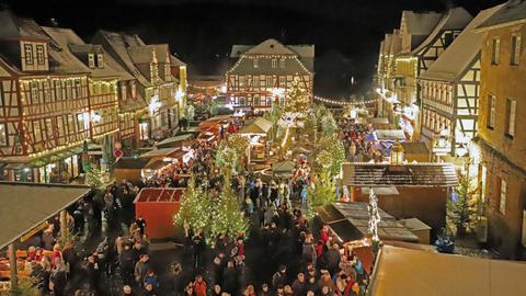 Blick über den Weihnachtsmarkt auf dem Büdinger Marktplatz.