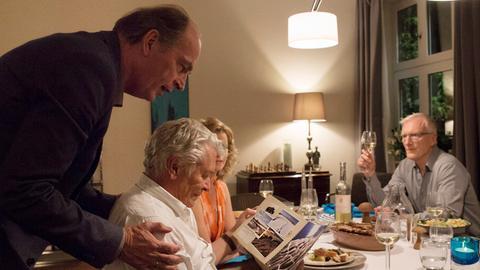 Heiko (Herbert Knaup, il.), Christiane (Leslie Malton) und Klaus (Ernst Stötzner, re.) feiern das anstehende Rentnerdasein von Paul (Henry Hübchen).