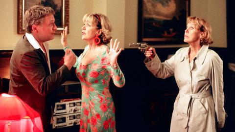 Dana (Gaby Dohm, re.) und Julie (Gila von Weitershausen) spielen Claus (Bernhard Schir) eine dramatische Eifersuchtsszene vor.