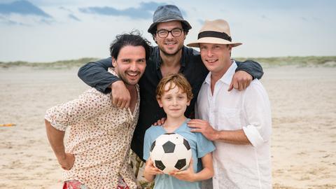 Drei Väter, aber wer ist der Richtige? Ole (Sascha Göpel, li.), Torben (Tobias Licht) und Hinnerk (Florian Panzner, re.) mit Jasper (Sammy O'Leary).