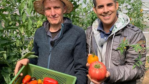 Moderator Andreas Gehrke (rechts) mit dem Gemüsebauer Jürgen Hassemeier aus Escherode, der Tomaten in allen Farben, Formen und Größen anbaut.