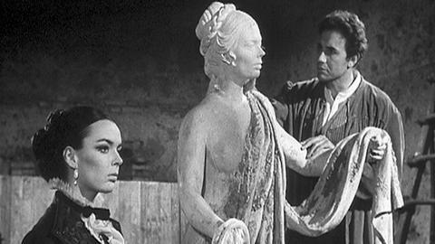 Der Bildhauer Roberto Merigi (Antonio De Teffè {Anthony Steffen}) stellt verblüfft die frappierende Ähnlichkeit einer jahrhundertealten Statue mit der jungen Schlossherrin Harriet Di Montebruno (Barbara Steele) fest. Der Volksmund sagt, dass auf der Statue ein Fluch liegt.