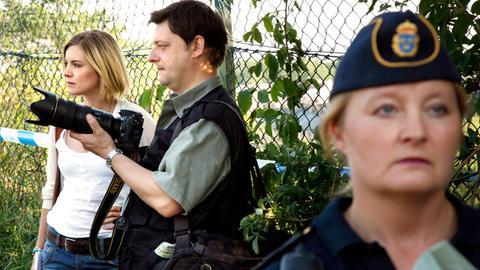 Reporterin Annika Bengtzon (Malin Crépin) arbeitet mit einem Fotografen an einer brandheißen Story.