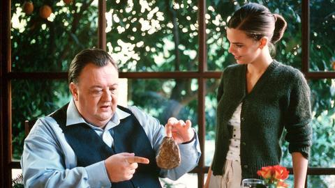 """""""So kommen sie nie auf einen grünen Zweig!"""": Richard (Dieter Pfaff) weist nach, dass das von Antonia (Camilla Renschke) servierte Steak viel zu schwer ist."""