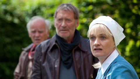 Harry (Matthias Habich, Mitte), Paul (Peter Franke) und Schwester Lydia (Ulrike Grote) können sich über Ellys Verhalten nur wundern.